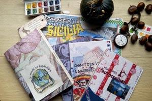 photographie de la couverture de quelques carnets de voyages posés sur une table